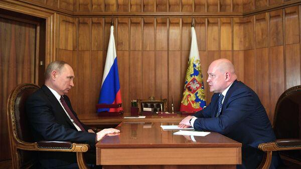 Президент РФ Владимир Путин и временно исполняющий обязанности губернатора Севастополя Михаил Развожаев во время встречи