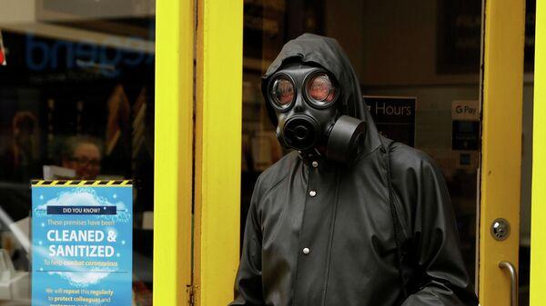 Мужчина в противогазе в Лондоне