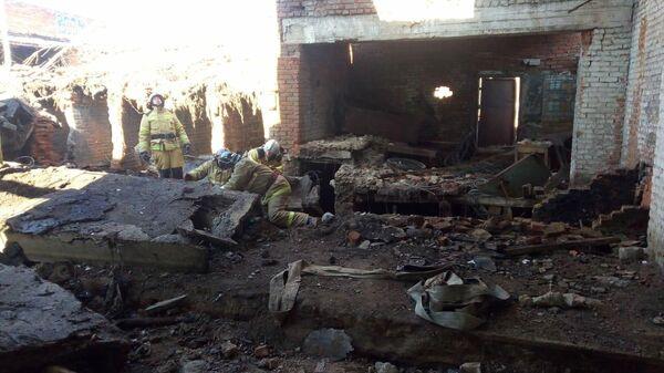 Сотрудники МЧС на месте обрушения здания в Сердобске Пензенской области