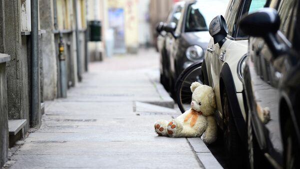 Плюшевый мишка на тротуаре одной из улиц Италии
