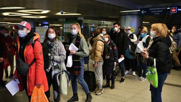 Пассажиры в аэропорту Внуково