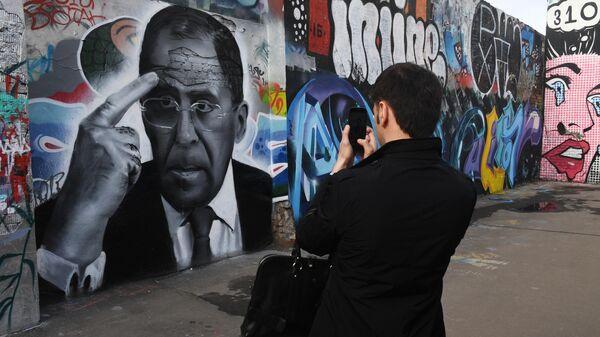 Граффити с портретом министра иностранных дел РФ Сергея Лаврова на стене в Весковском тупике в Москве