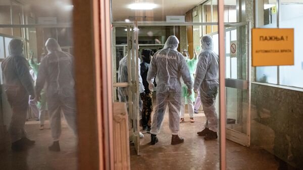 Полицейские в защитных костюмах в инфекционной больнице в Белграде