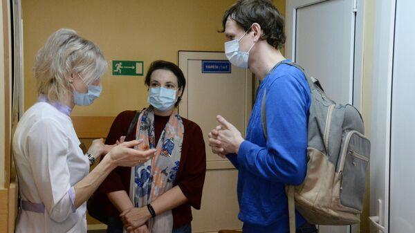 Жители общаются с врачом поликлиники №1 Владивостока, перед тем как сдать анализы на коронавирус