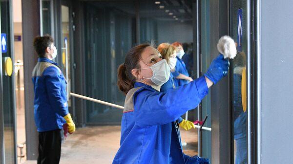 Сотрудники проводят санитарную обработку помещений в национальном аэропорту Минск в связи с коронавирусной инфекцией