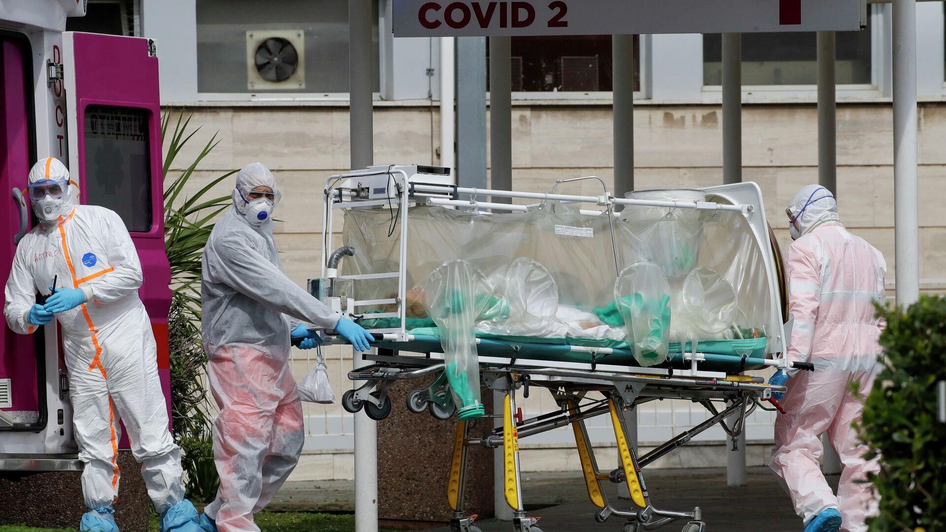 Медицинские работники несут пациента, доставленного в больницу Columbus Covid 2 в Риме - РИА Новости, 1920, 18.10.2020