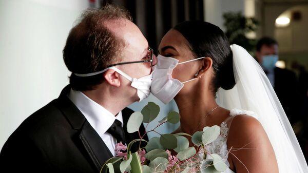 Молодожены на свадебной церемонии без гостей в Неаполе, Италия. 20 марта 2020