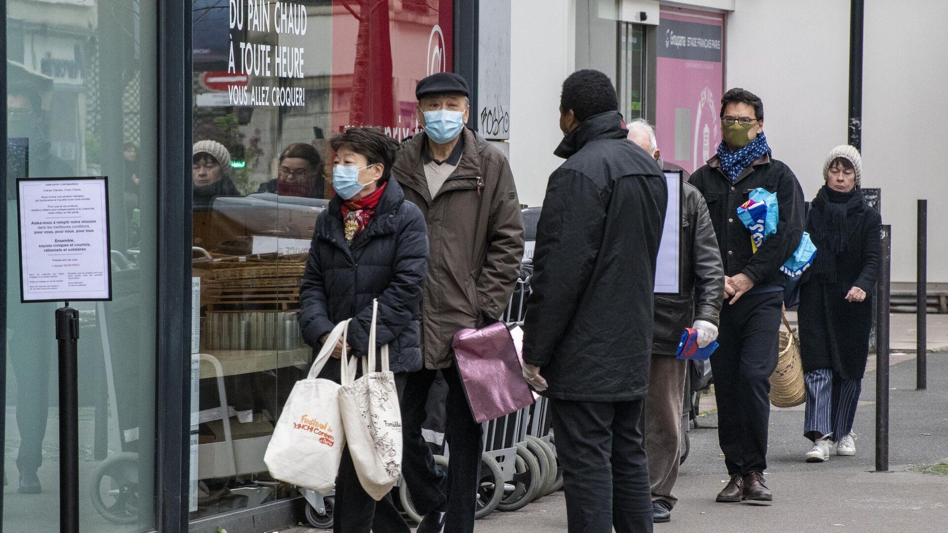 Люди стоят в очереди возле продуктового магазина в Париже - РИА Новости, 1920, 28.11.2020