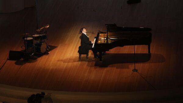 Российский пианист Денис Мацуев во время выступления на площадке Московской филармонии перед интернет-аудиторией