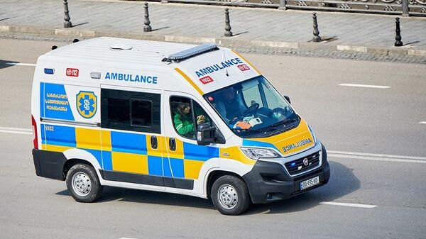 Машина скорой помощи на улице в Грузии