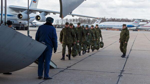 Военнослужащие медицинской службы ВС РФ во время посадки для отправки в Италию для борьбы с вирусом COVID-19