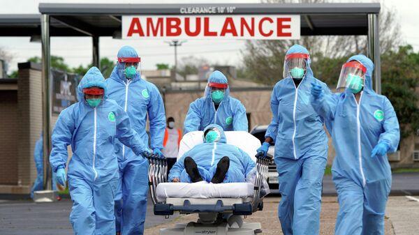 Пациента на носилках доставляют в Объединенный мемориальный медицинский центр в Хьюстоне