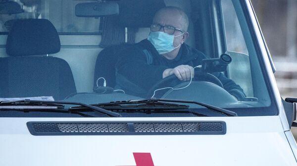 Водитель скорой медицинской помощи на территории инфекционной больницы в Коммунарке