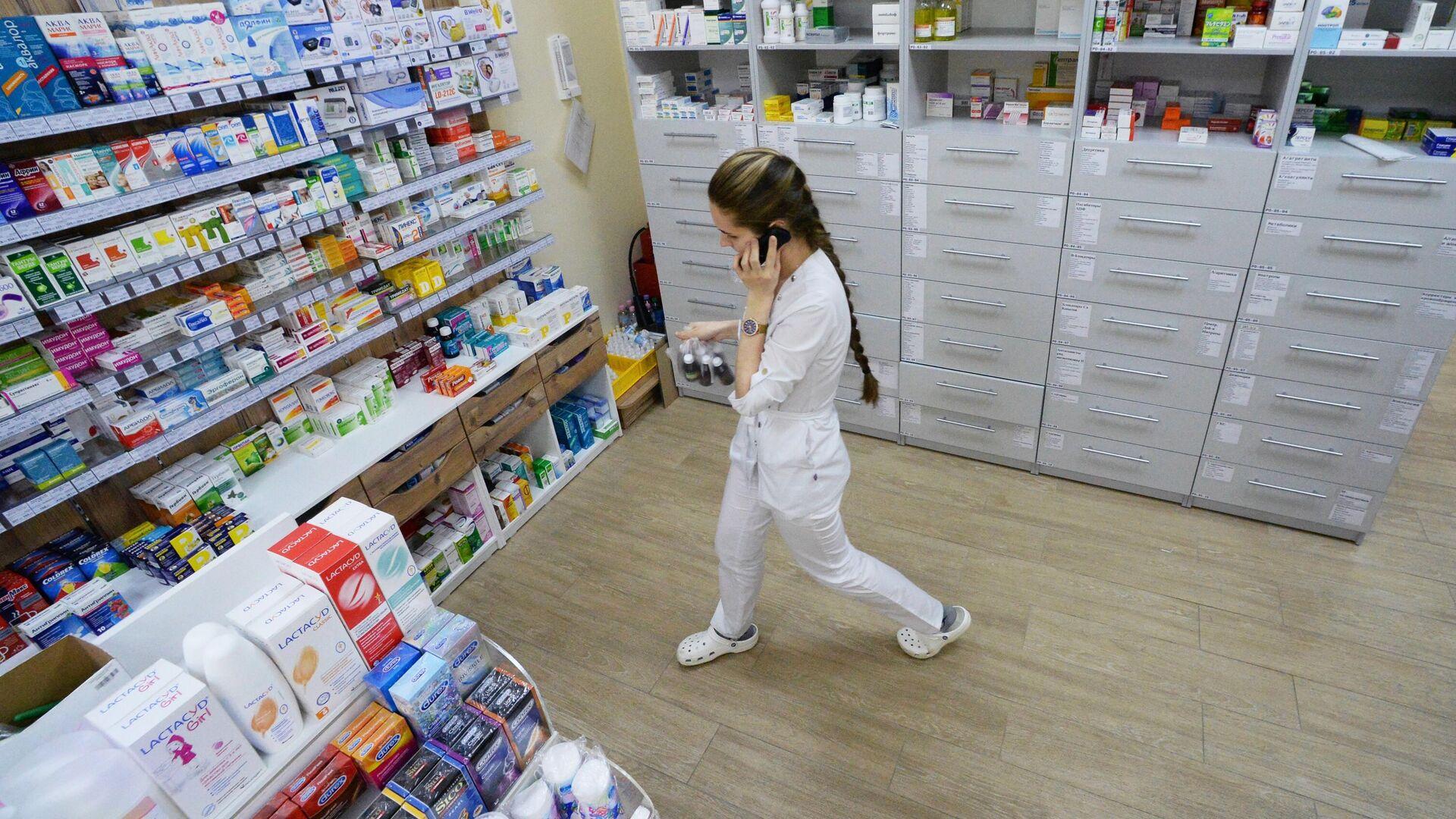 Фармацевт возле стеллажей с лекарствами в аптеке - РИА Новости, 1920, 03.11.2020