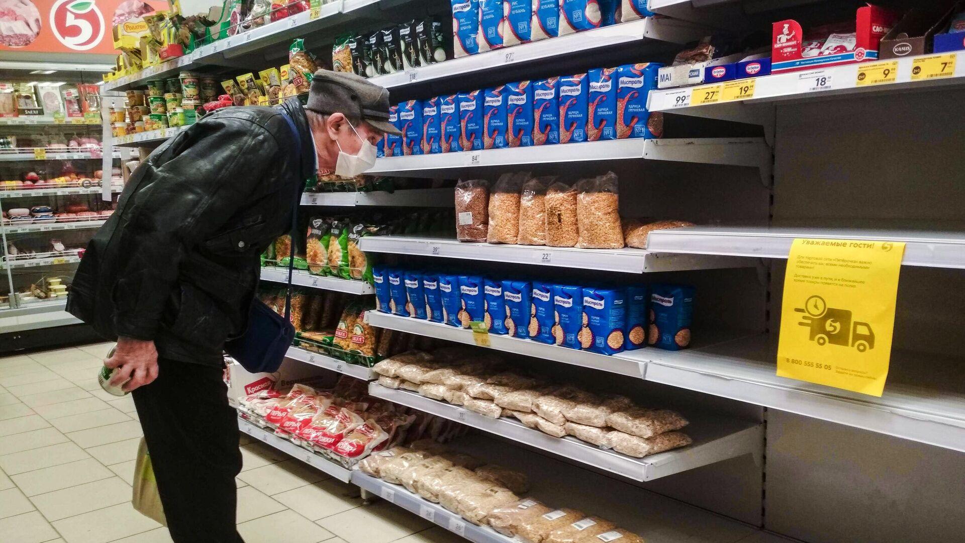 Мужчина выбирает товары в магазине Пятерочка в Москве - РИА Новости, 1920, 28.04.2021