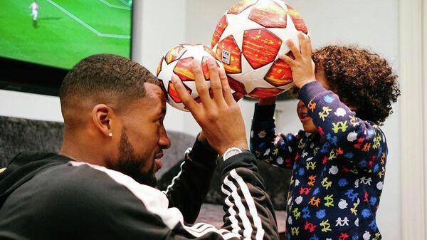 Полузащитник сборной Нидерландов Джорджинио Вейналдум с сыном