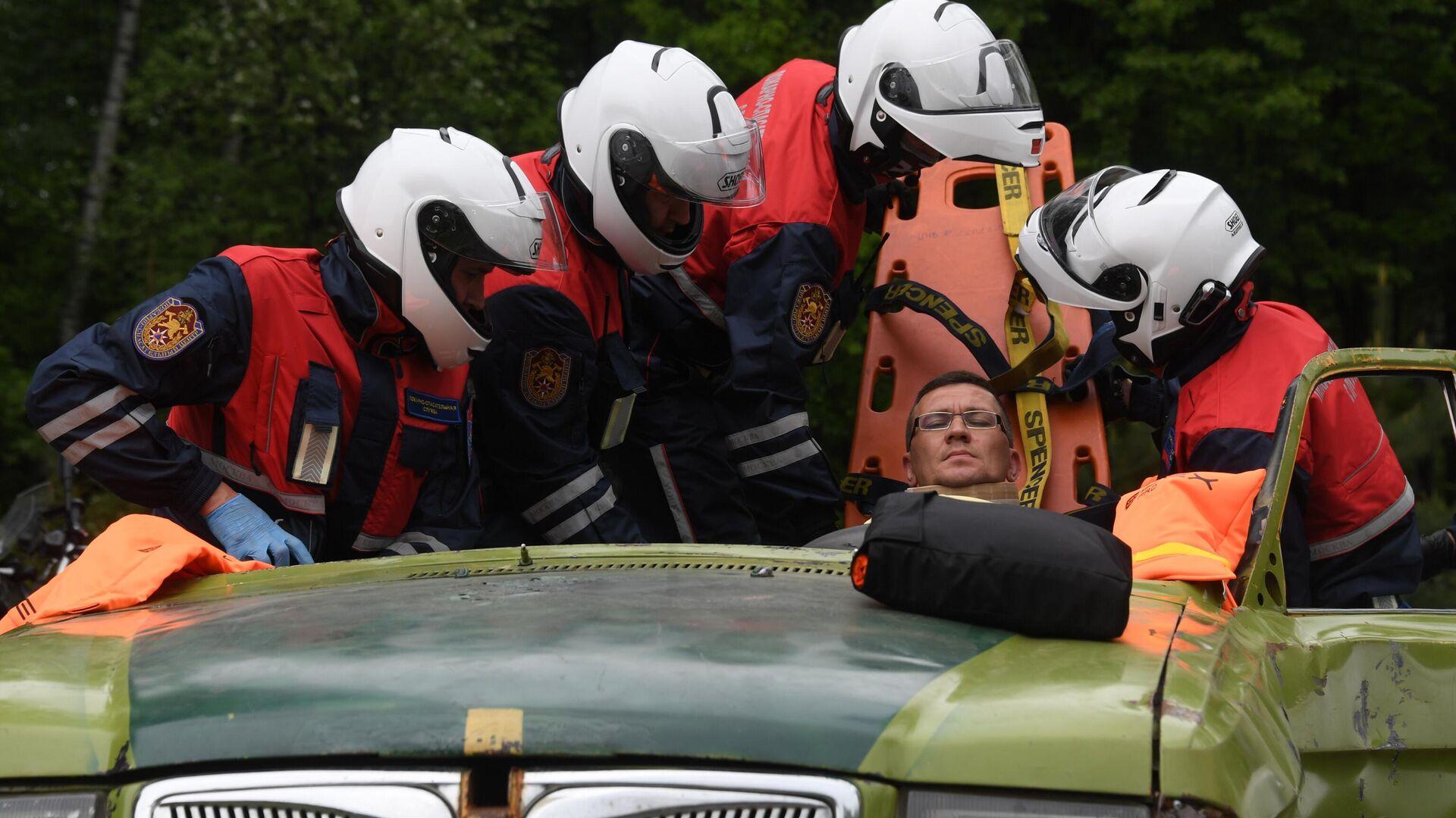 Спасатели мотогруппы достают из поврежденной машины условно пострадавшего во время учений - РИА Новости, 1920, 15.04.2020