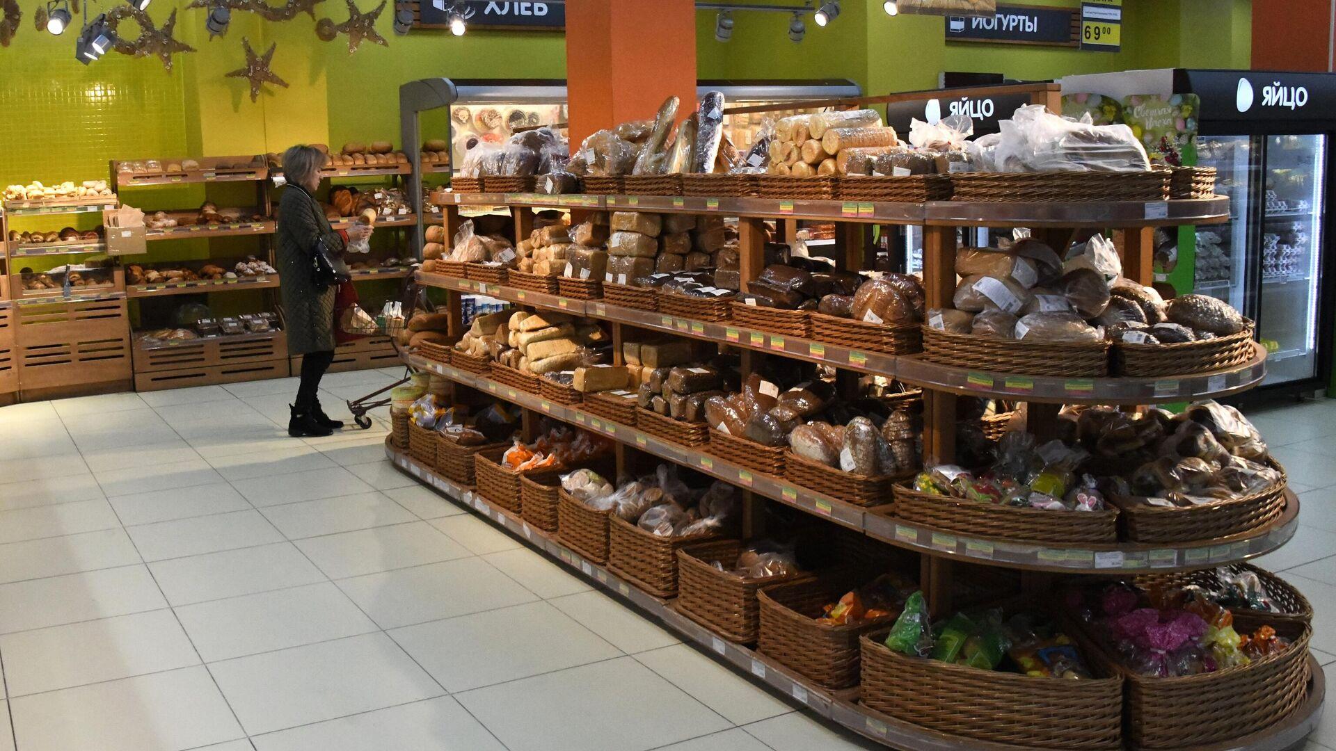 Покупательница в хлебном отделе супермаркета в Чите - РИА Новости, 1920, 28.06.2021