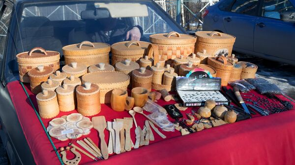 Изделия из бересты на ярмарочной площади курорта Марциальные воды в Республике Карелия.