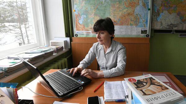 Преподаватель географии Эвелина Захарова во время онлайн-урока в школе в Дивногорске