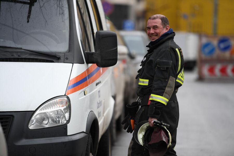 Владимир Святловский у служебной машины