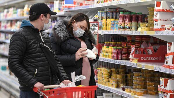 Покупатели в медицинских масках в супермаркете Симферополя