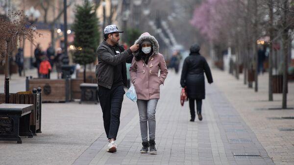 Люди идут по улице Симферополя