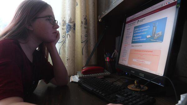 Студентка Московского политехнического университета на дистанционном обучении у себя дома