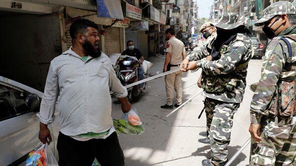 Полицейские во время рейда по соблюдению карантина в Индии