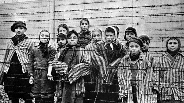 Дети в нацистском концентрационном лагере