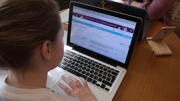 Ученица средней образовательной школы Мария на дистанционном обучении у себя дома в Москве
