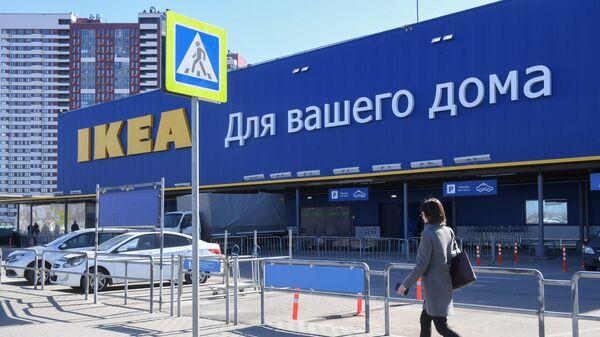 Женщина идет мимо магазина IKEA
