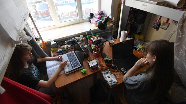 Студенты Новосибирского государственного технического университета (НГТУ) в своей комнате в общежитии вуза