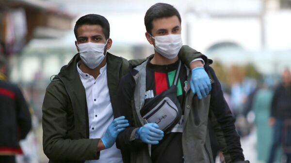 Жители Диярбакыра в защитных масках на улицах города