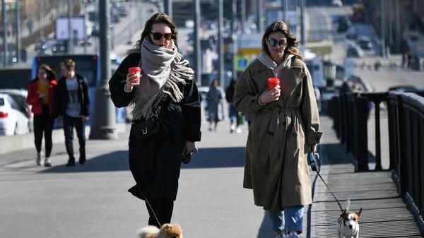 Девушки с собаками на улице в Москве