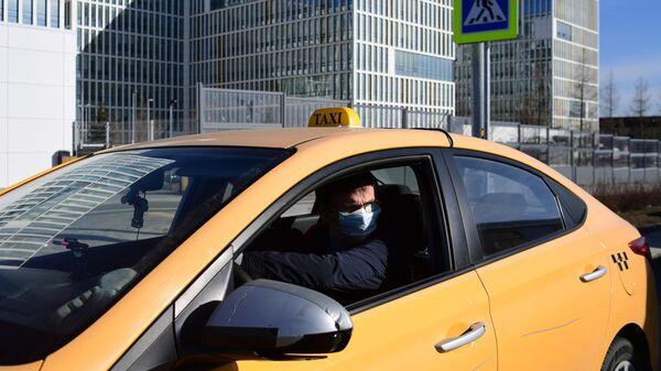 Такси у здания больницы в Коммунарке