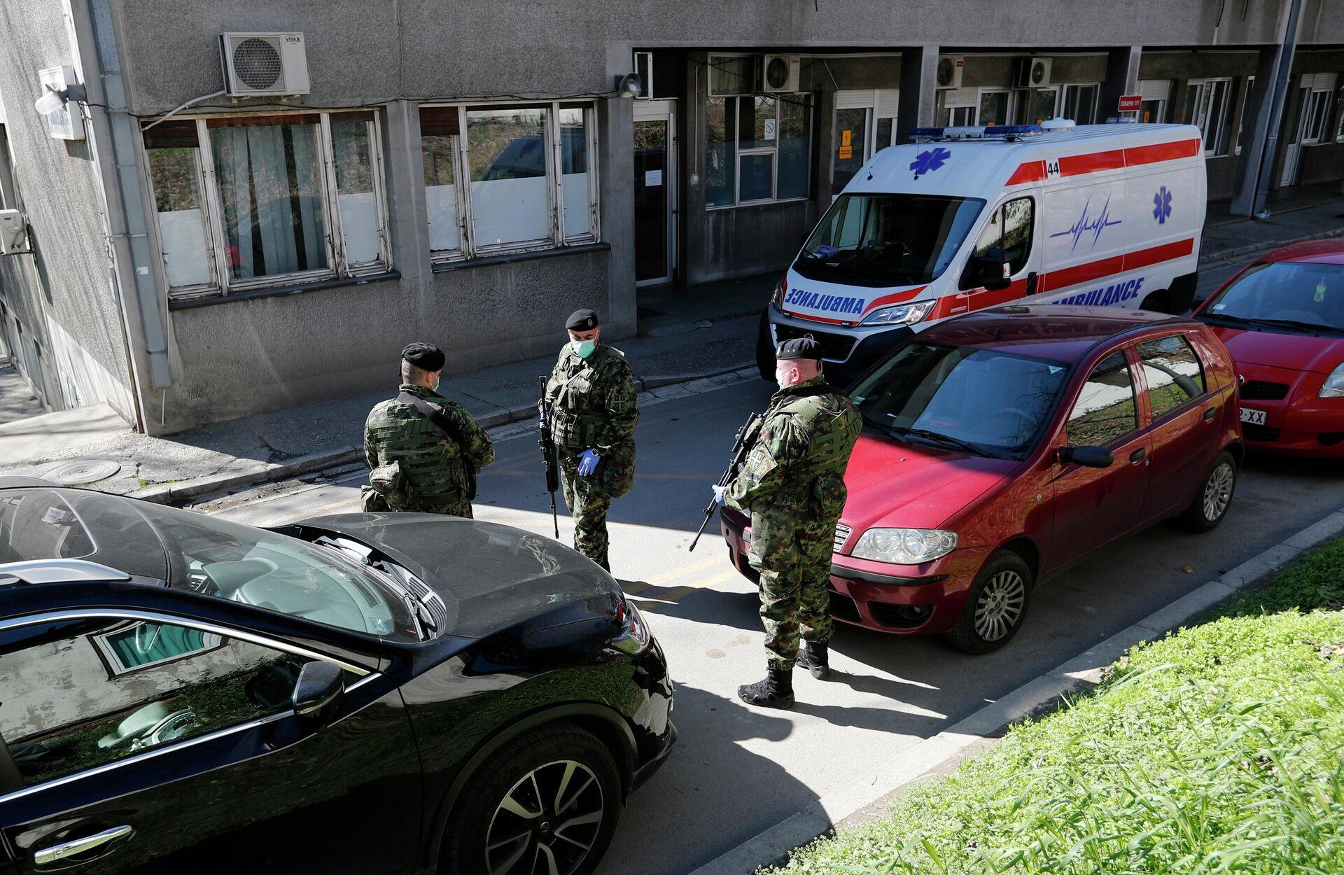Сербские военные у здания клиники инфекционных болезней в Белграде - РИА Новости, 1920, 27.09.2021