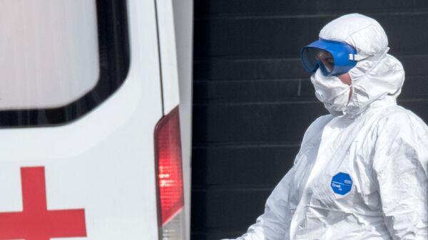 Врач скорой медицинской помощи возле больницы для пациентов с подозрением на коронавирус