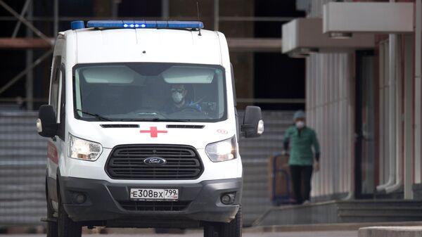 Автомобиль скорой помощи возле больницы для пациентов с подозрением на коронавирус в Коммунарке