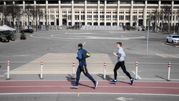 Люди занимаются спортом на улицах Москвы