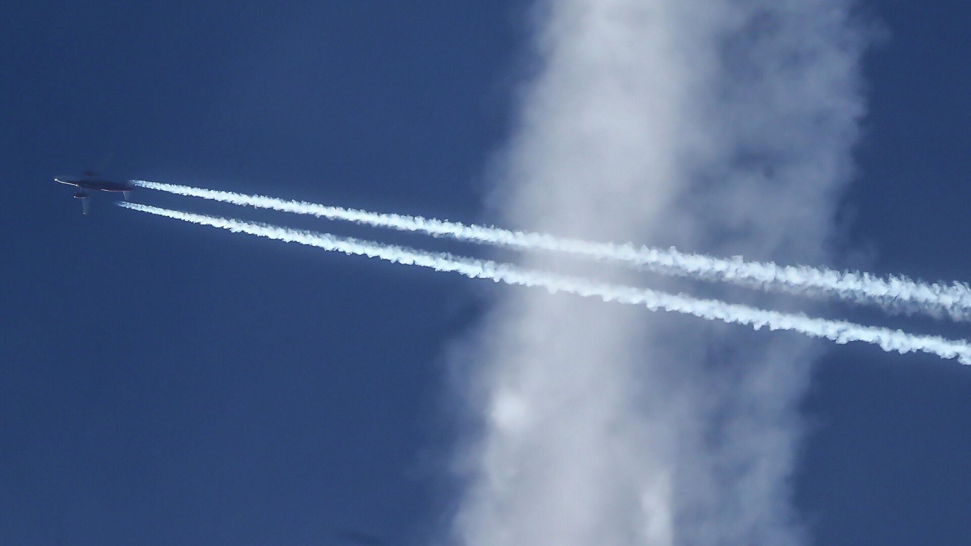 Самолет Airbus A320-214 в небе над Москвой - РИА Новости, 1920, 23.09.2020