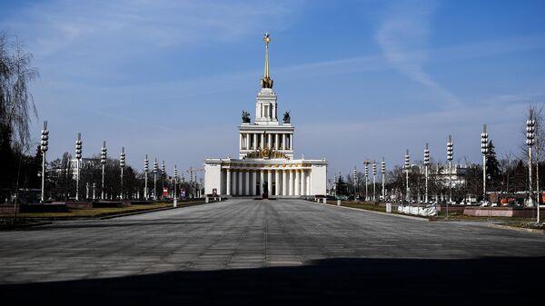 Безлюдная улица на ВДНХ в Москве