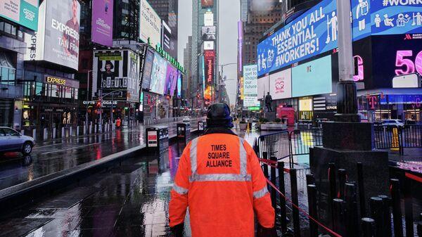 Мужчина из объединения Times Square Alliance на пустой Таймс-сквер в Нью-Йорке