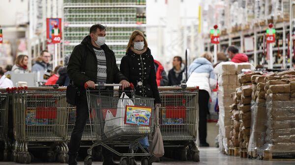 Покупатели в магазине Ашан в торговом центре Мега Новосибирск