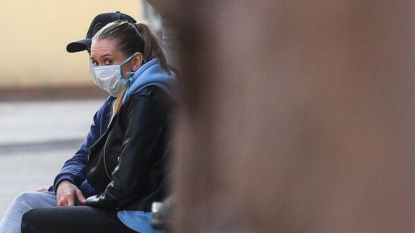 Молодые люди в медицинских масках на Тверской улице в Москве