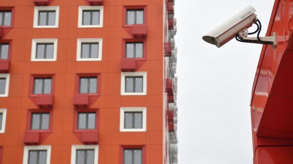 Видеокамера у подъезда жилого дома в Москве