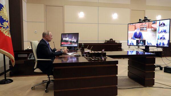 Президент РФ Владимир Путин проводит в режиме видеоконференции совещание с руководителями регионов