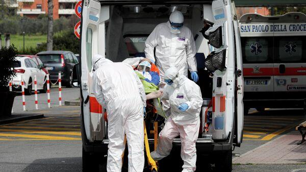 Медицинские работники в защитных костюмах в Риме, Италия