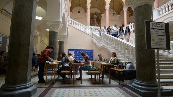 Абитуриенты в здании факультета журналистики МГУ