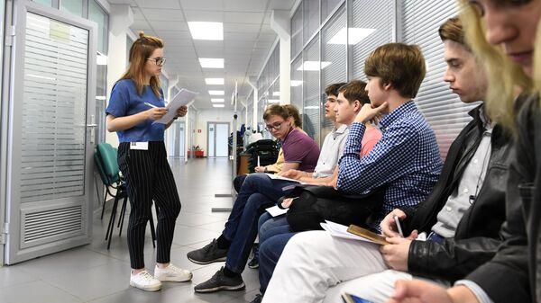 Абитуриенты перед собеседованием с приемной комиссией Московского физико-технического института